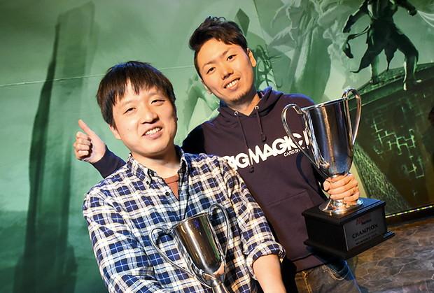 プロツアー『戦乱のゼンディカー』は瀧村和幸選手(写真右)が優勝! 準優勝は玉田遼一選手(同左)!